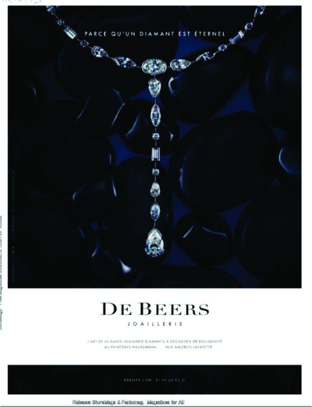 """Famosos pelo slogan: """"Um Diamante é Para Sempre"""", De Beers, a proeminente companhia mineradora de diamantes, foi estabelecida em 1888. A companhia, agora uma marca, tem conseguido expressivas presenças no tapete vermelho, incluindo uma com Scarlett Johansson. A atriz usou um colar com um diamante de 30 quilates na entrega do Oscar 2004. Joely Richardson também apareceu com diamantes De Beers na premiação do BAFTA em Londres, 2003. Um especialista comentou: """"De Beers tem a melhor qualidade e know how com diamantes."""""""
