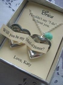 """""""Eu não pude dizer 'Sim' sem você. Quer ser minha madrinha de casamento? Com amor, Katy."""""""