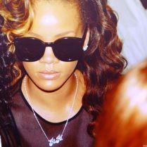 Rihanna colocou seu apelido, RiRi, para colocar no colar