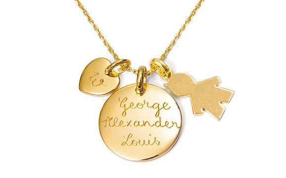 Colar medalha com o nome do Príncipe George, um pingente de bonequinho de menino e um coração gravado com a letra W, de William