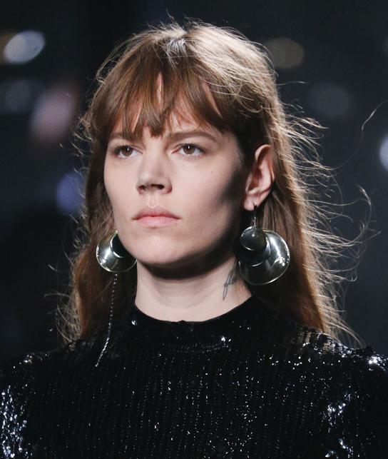 (Louis Vuitton) Brincos Retro - Louis Vuitton trouxe de volta para a moda de 2015 brincos no estilo Retro que eram usados por grandes ícones da moda e cinema dos anos 70.