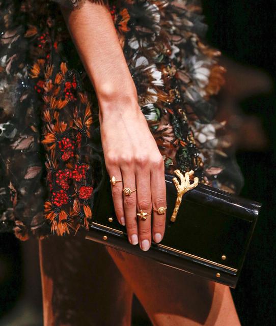(Valentino) Stack Rings - Valentino traz para 2015 um conjunto de anéis inspirados no mar. Cada anel possui um desenho que faz referência a algum elemento marítimo como a estrela do mar, conchas, etc.