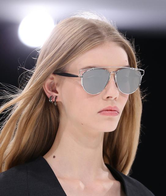 (Dior) - A grife nos mostra que os piercings estarão em alta em 2015. As modelos da DIOR usam de 2 a 3 argolinhas na orelha para garantir uma produção moderna.